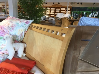 Massivholzbett inklusive Nachttisch