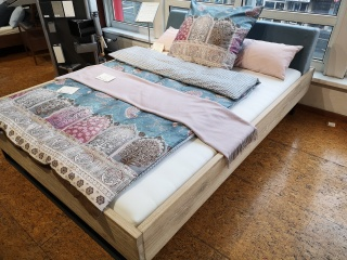 Modernes Holzbett mit Polsterkopfteil