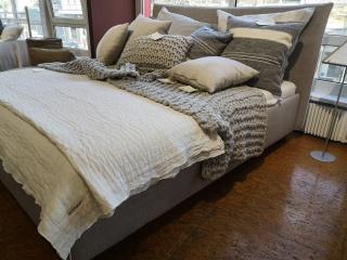 Polsterbett mit praktischen Stauraum